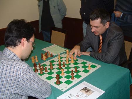 Viktor Bologan e Sabino Brunello impegnati nell'analisi: l'azzurro ha sciupato un'ottima posizione