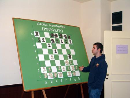Daniele Vocaturo mostra al pubblico la sua vittoria